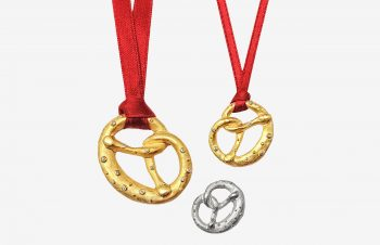 Aufgebrezelt: Brezen-Anhänger, 750er Gold, Silber